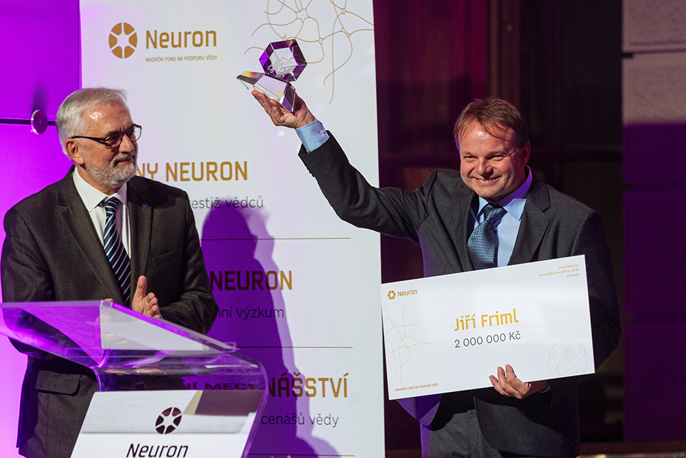 Professor Jiří Friml receiving the Neuron Award on November 6, 2019
