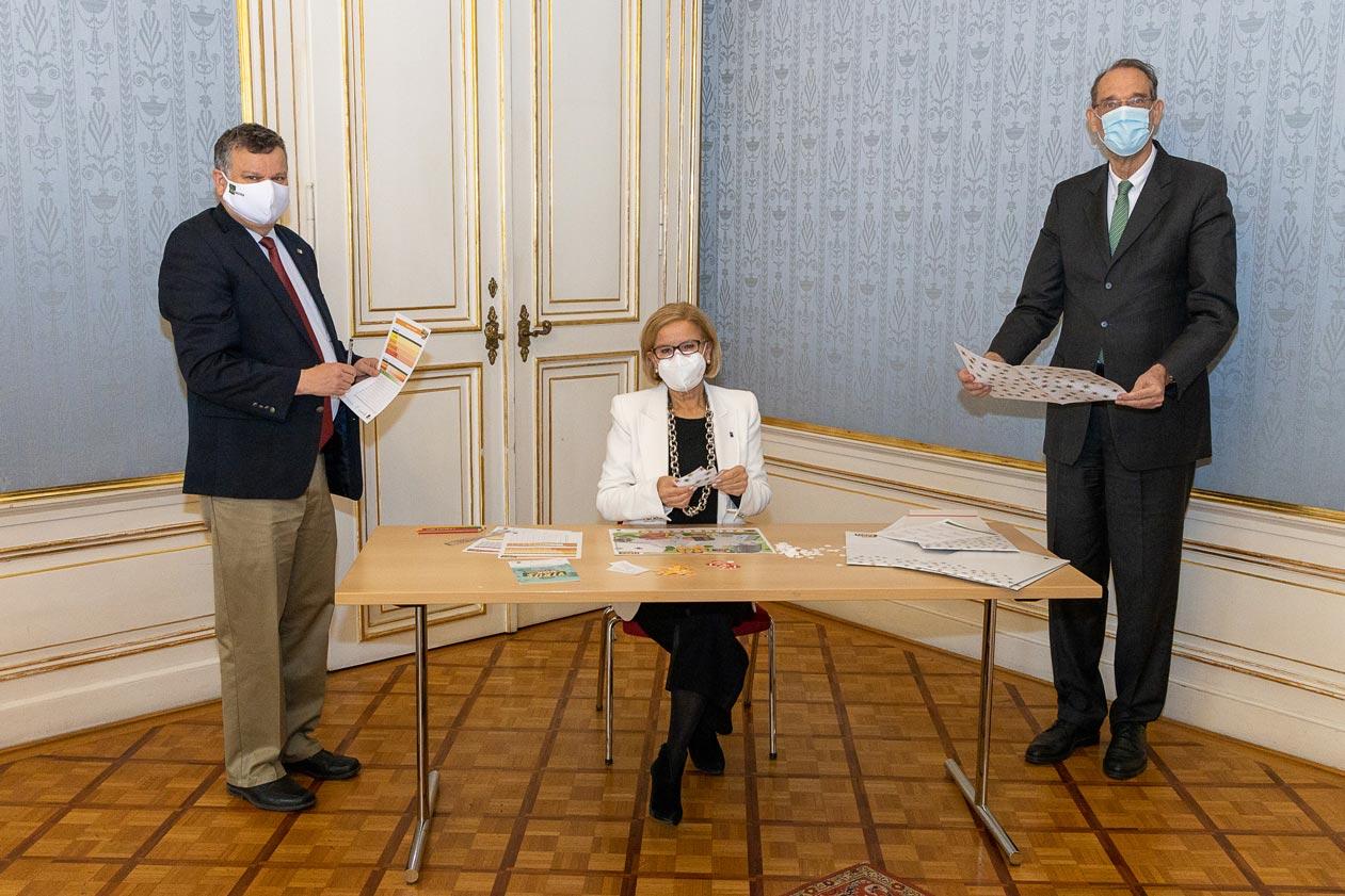 """IST Austria Präsident Tom Henzinger, Landeshauptfrau Johanna Mikl-Leitner und BM Heinz Faßmann spielen """"Virusalarm in Bleibhausen"""" © Martin Lusser"""