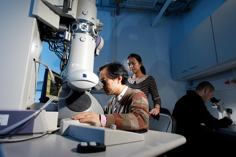 Photo of Ryuichi Shigemoto conducting electron microscopy at the IST Austria labs. © IST Austria / Reiner Riedler
