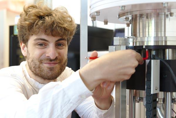 Marco Valentini working in the lab. © IST Austria